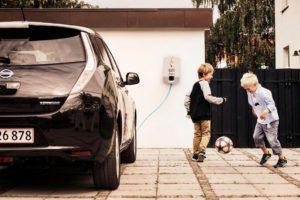 """Som noe helt nytt introduserer E.ON flat-rate konseptet i Norge. En løsning selskapet har hatt stor suksess med i Danmark. Løsningen går ut på at el-bilister kan få ubegrenset opplading hjemme og i E.ONs nordiske ladenettverk, til en fast lav pris i måneden. Og de kundene som bestiller en flat-rate ladeløsning fra E.ON innen 30. juni 2018, får de tre første månedene helt gratis. – Vi har som mål at det skal være lett å være el-bilist. Ambisjonen er å forsyne norske elbiler med strøm gjennom sikre og intelligente hjemmeladeløsninger, og gjøre hverdagen enda enklere for elbilister, som vil kunne betale en fast, lav pris i måneden,"""" sier administrerende direktør i E.ON Danmark og sjef for Mobility forretningen i Norden, Tore Harritshøj."""